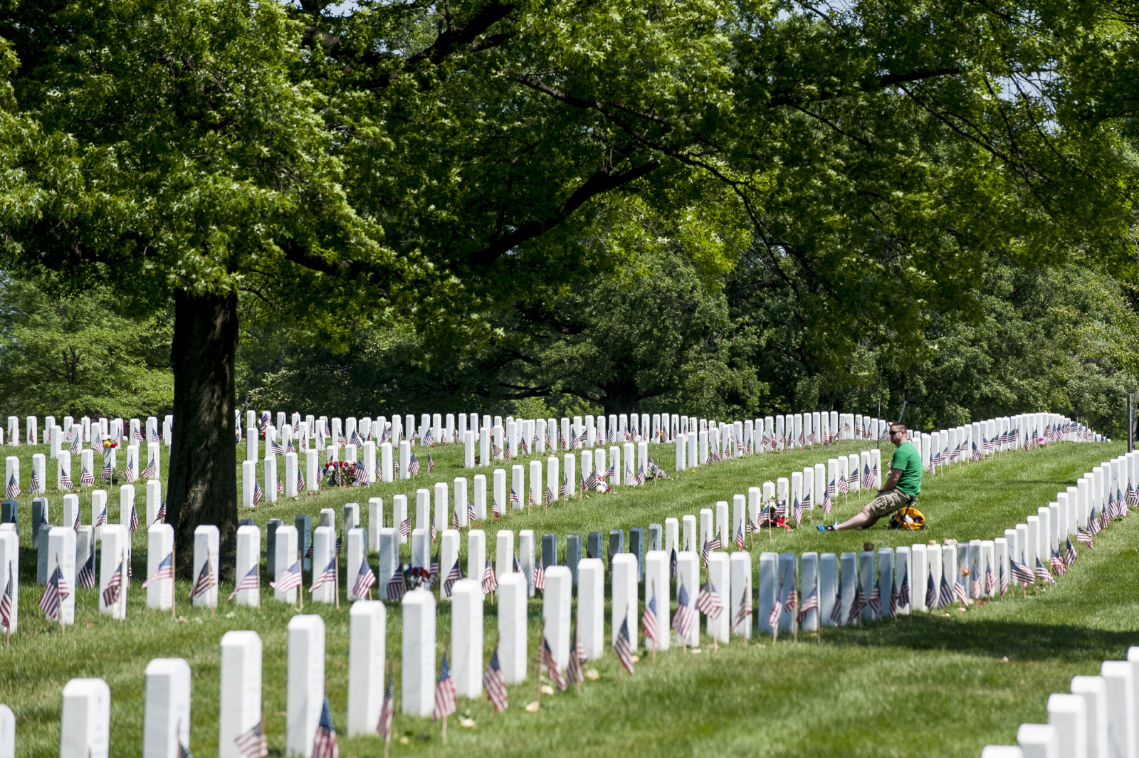 On Memoral Day, friends and relatives visit the graves of the fallen at Arlington National Cemetery in Arlington, Virginia, USA, on 25 May 2015. (Pete Marovich/ European PressPhoto Agency)